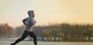 bieganie w bluzie po parku